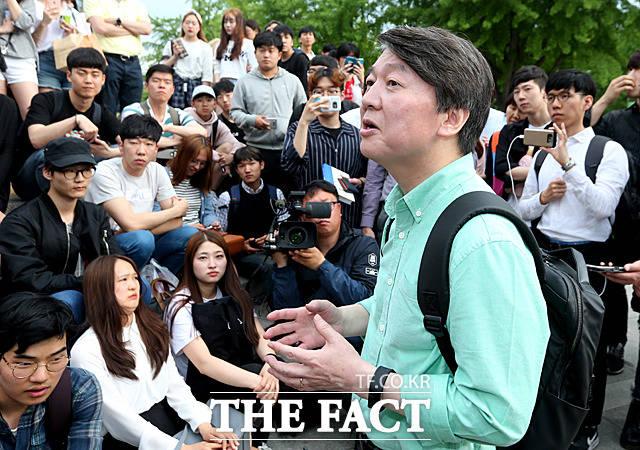 안철수 후보가 경북대학교를 방문해 학생들과 이야기를 나누고 있다.