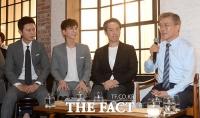 [TF포토] 문재인, '김민종·이특과 함께 한류문화 강화 의견 청취'