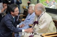 [TF포토] 유승민, '나눔의집 방문…일본위안부 합의 파기 약속'