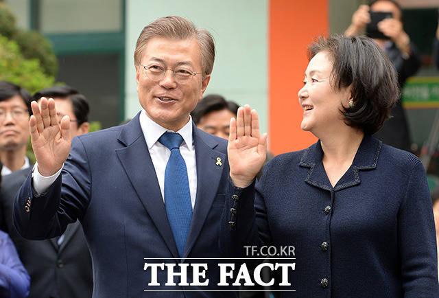 문재인(왼쪽)이 제19대 대통령 선거에서 당선됐다. 당선에는 퍼스트레이디가 된 김정숙 여사부터 PK 지역에서 묵묵히 일해온 인사들의 힘이 컸다는 평을 받는다. /임영무 기자