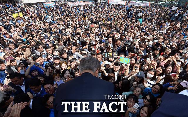 문재인 당선자는 수많은 조력자의 힘을 받고 9일 제19대 대통령 선거에서 당선되는 쾌거를 얻었다. 사진은 문 당선자의 울산 유세 현장. /임영무 기자