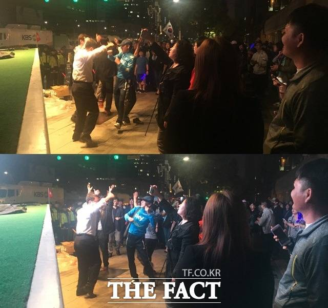 문재인 대통령 당선인이 떠난 뒤에도 지지자들은 유세곡에 맞춰 춤을 추는 등 축제 분위기를 즐겼다. /광화문=윤소희 기자