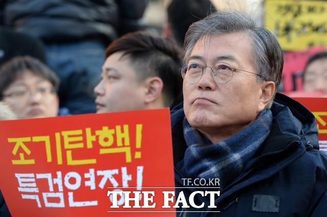 실제 문 당선인은 대선 기간동안 적폐청산을 전면에 내걸었다. 게다가 반문연대 프레임을 내세운 자유한국당 홍준표 후보와 국민의당 안철수 후보를 싸잡아 적폐 세력으로 규정하며 진보 진영을 결집시켰다. 사진은 문재인 대통령 당선인이 지난 겨울 서울 종로구 광화문광장 일대에서 열린 촛불집회에 참석했던 당시. /남용희 기자