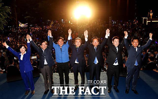 문재인 대통령 당선인(왼쪽에서 네번째)이 9일 밤 서울 종로구 광화문광장을 찾아 시민들에게 감사의 인사를 하고 있다./이덕인 기자
