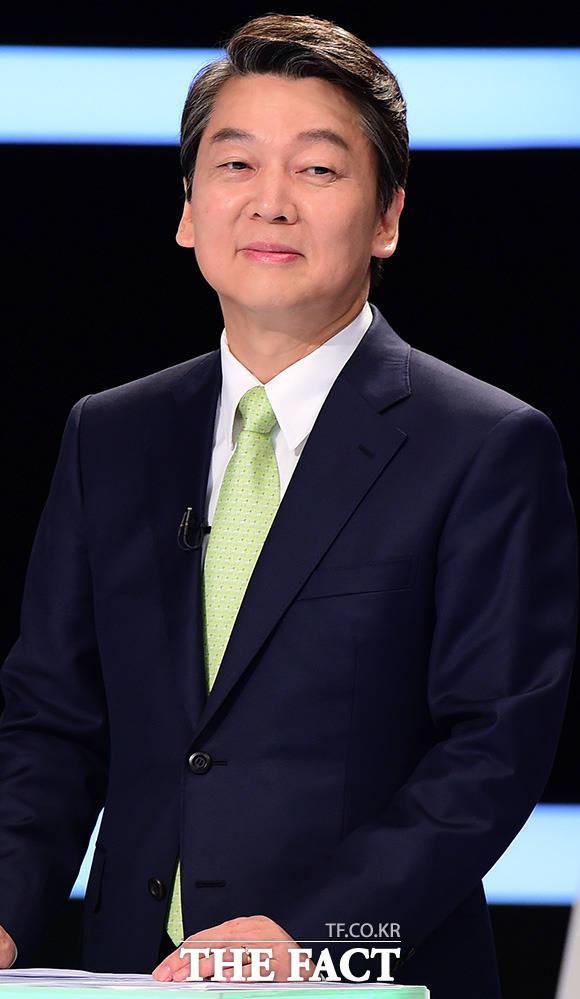 제3차 TV토론은 안철수 국민의당 대선후보의 가장 뼈아픈 패인으로 꼽힌다. 사진은 안 후보가 지난 2일 오후 서울 상암동 MBC 스튜디오에서 선거관리위원회 주최로 열린 마지막 TV토론을 준비하고 있다. /국회사진취재단