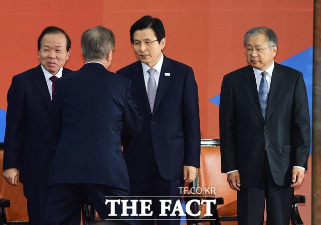 문재인 대통령은 11일 오후 황교안 권한대행의 총리직 사표를 수리했다. /국회사진취재단