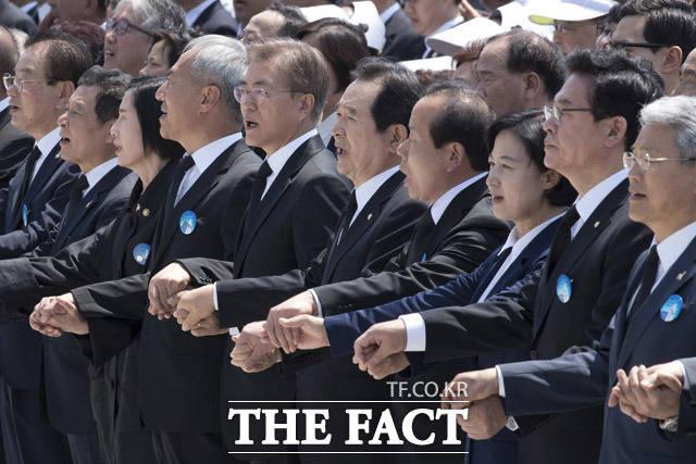 문재인 대통령(왼쪽 다섯째), 정세균 국회의장, 김이수 헌재소장 권한대행 등이 18일 오전 광주 북구 국립 5·18 민주묘지에서 열린 제37주년 5·18민주화운동 기념식에서 9년 만에 제창된 임을 위한 행진곡을 불렀다. /광주=배정한 기자