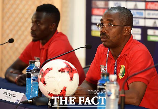 기니 만주 디알로 감독이 한국과 개막전 관련해 기자회견을 갖고 있다.