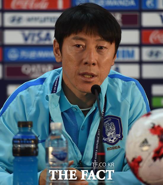 한국 신태용 감독이 공식 기자회견을 갖고 있다.