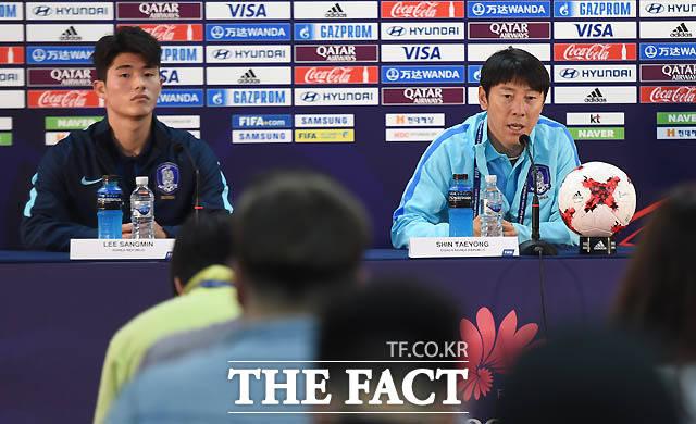 한국 신태용 감독과 주장 이상민이 공식 기자회견을 갖고 있다.