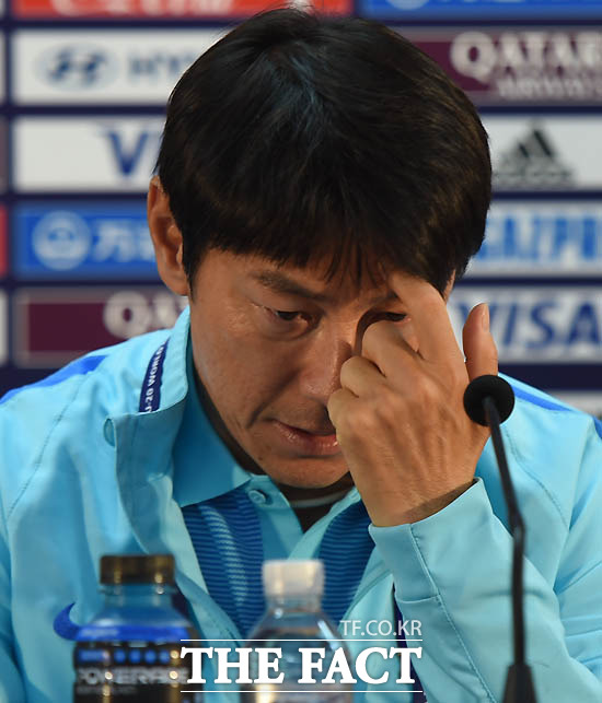 한국 신태용 감독이 공식 기자회견에서 취재진의 질문에 고심하고 있다.