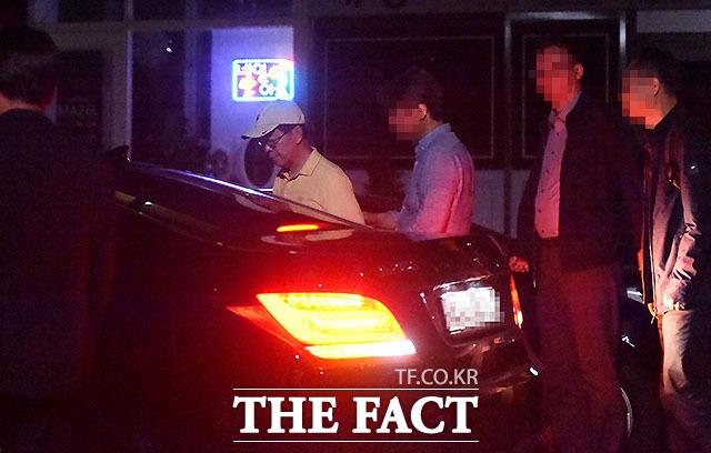 1차를 마친 이 전 지검장은 일행들의 배웅을 받으며 집으로 가는 듯했으나 자택 앞 호프집에서 기다리던 검찰 관계자들과 2차를 가졌다.