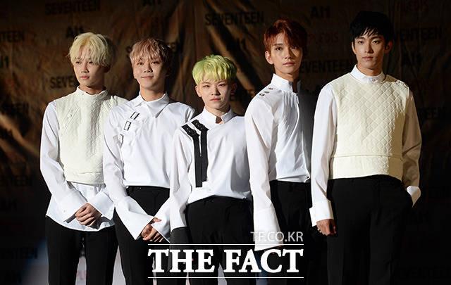 그룹 세븐틴의 보컬팀의 멤버들이 포즈를 취하고 있다.