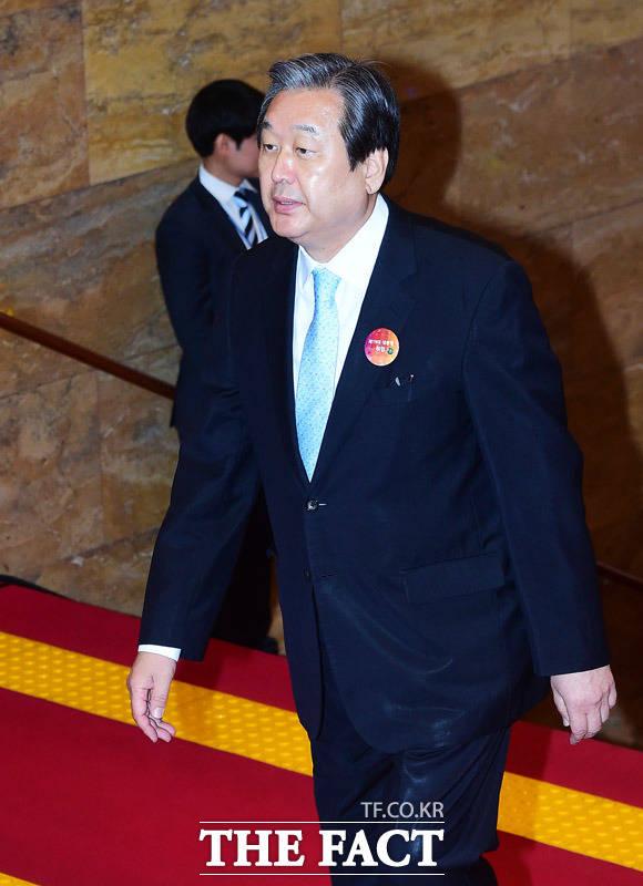 김무성 바른정당 고문이 다음 달 26일 예정된 전당대회에 나서지 않다고 밝혀 정치권 안팎에선 사면초가에 빠진 것 아니냐는 관측이 제기됐다. /배정한 기자