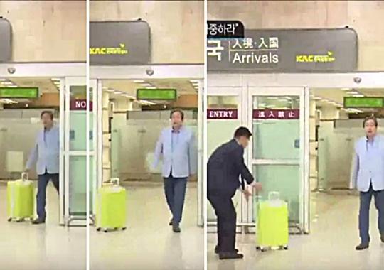김무성 바른정당 의원이 23일 김포공항을 통해 입국하며 캐리어를 수행원에게 밀어 전달하고 있다. /온라인 커뮤니티