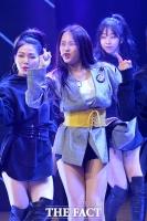 [TF포토] 크리샤츄, '타이틀곡 Trouble로 꾸민 파워풀한 무대'