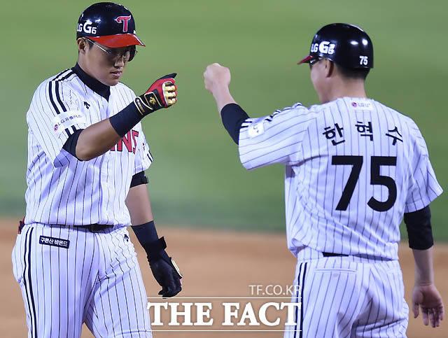 7회말 LG 채은성이 2타점 적시타를 친 후 한혁수 코치와 주먹을 맞추고 있다.