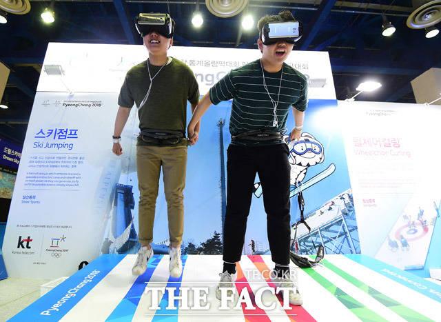 평창 부스에서 스키점프를 VR로 체험하는 관람객들