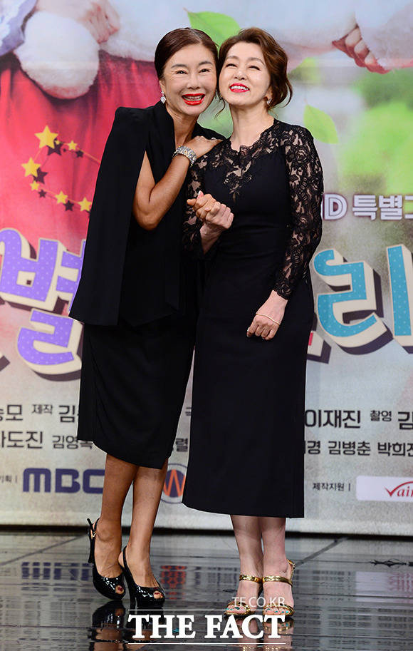 앙숙 고교 동창 사돈 김청(왼쪽)과 문희경
