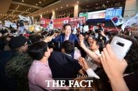 [TF포토] 홍준표 귀국… '지지자들로 인산인해 이룬 공항'