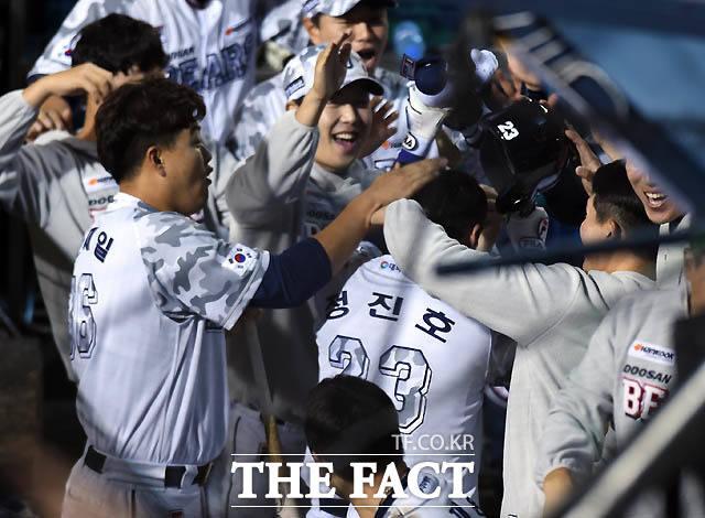 두산 정진호가 5회말 2사 1루서 삼성 최충연을 상대로 투런홈런을 터뜨리며 사이클링히트를 기록하자 동료들의 격한 환영을 받고 있다.