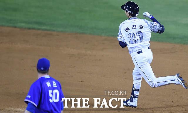 두산 정진호가 5회말 2사 1루서 삼성 최충연을 상대로 투런홈런을 터뜨리며 사이클링히트를 기록하자 주먹을 불끈 쥐고 있다.