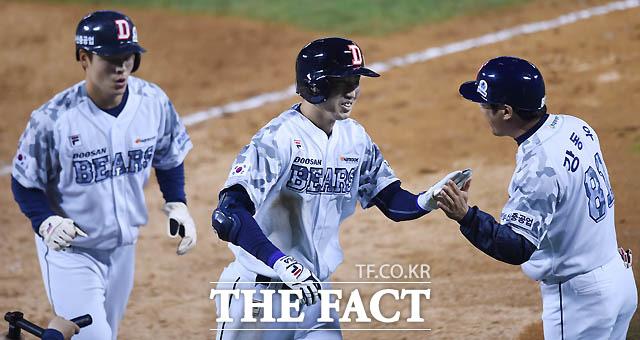 두산 정진호가 5회말 2사 1루서 삼성 최충연을 상대로 투런홈런을 터뜨리며 사이클링히트를 기록하자 환하게 웃고 있다.