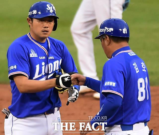 2회초 1사 2,3루서 삼성 이지영이 2타점 2루타를 터뜨린 뒤 김호 코치와 하이파이브를 나누고 있다.