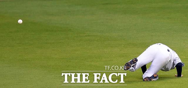 두산 정진호가 2회초 1사 2,3루서 삼성 이지영의 타구를 잡으려고 쫓아갔으나 볼이 라이트에 속에 가리며 포구 위치를 잘못 파악해 볼을 놓치고 있다.