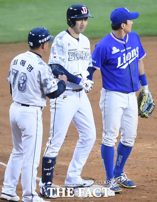 두산 정진호가 2회말 2사서 우중간 3루타를 친 뒤 최해명 코치의 환영을 받고 있다.