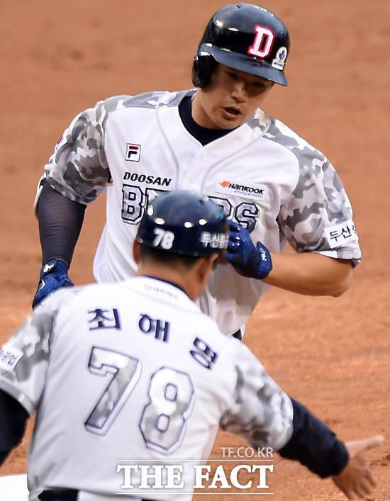 두산 김재환이 1회말 1사 1루서 삼성 선발 우규민을 상대로 좌중간 담장을 넘기는 투런 홈런을 터뜨리고 환영을 받고 있다.