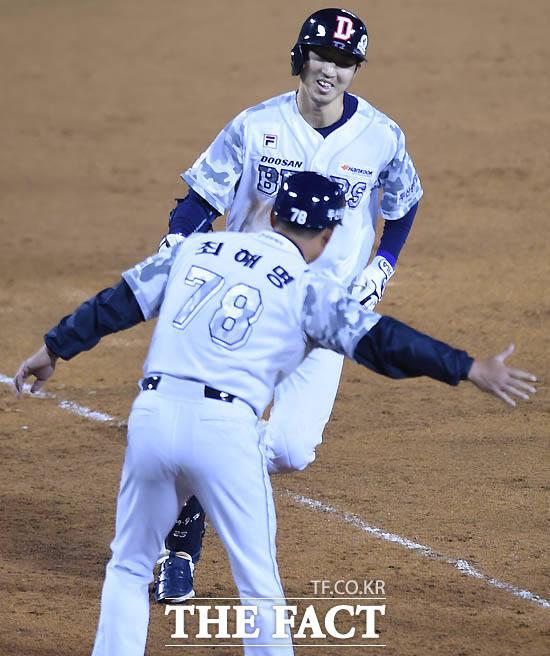 두산 정진호가 5회말 2사 1루서 삼성 최충연을 상대로 투런홈런을 터뜨리며 사이클링히트를 기록한 뒤 최해명 코치의 환영을 받고 있다.