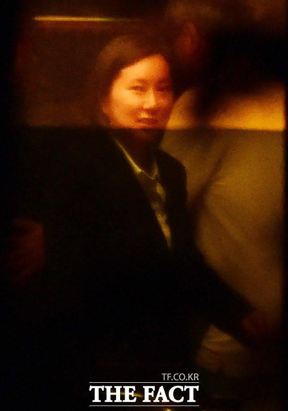 엄마 아빠 저 돌아왔어요! 8일 자정 서울구치소에서 석방된 장시호 씨가 어머니 최순득 씨의 도곡동 집에 들어서며 미소를 짓고 있다. /도곡동=배정한·임세준 기자
