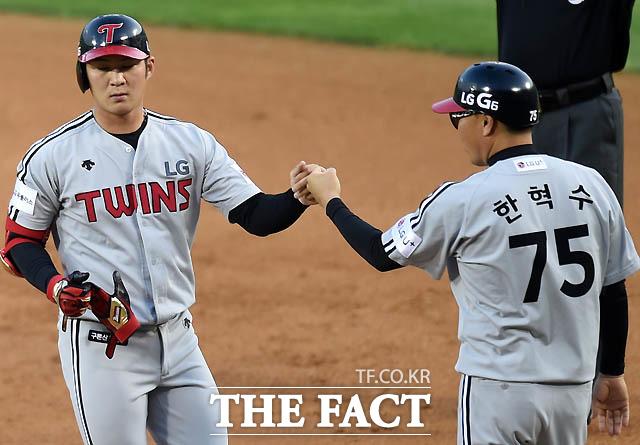4회초 1사 1,3루에서 LG 오지환이 선제 적시타를 날린 뒤 한혁수 코치와 하이파이브를 나누고 있다.