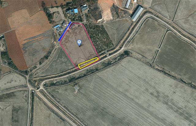 서산간척지 B지구와 맞닿아 있는 김 씨의 땅(빨간색 선). 현대건설의 수로(노란색 선)가 김 씨의 땅 안쪽에 있다. 현대건설은 포락선(파란색 선)이 김 씨의 땅 전체를 포함한다고 주장하고 있다.  /다음 스카이뷰