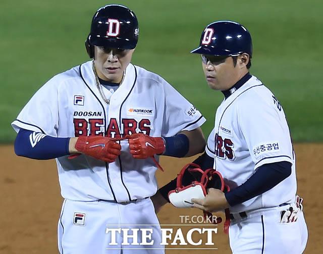 5회말 1사 2루에서 두산 박세혁이 1타점 적시 2루타를 날리고 보호대를 풀고 있다.