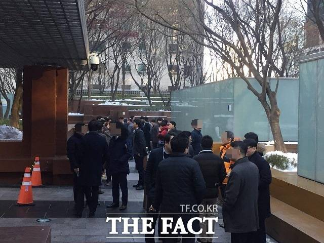 가열 전자담배가 폭발적 반응을 보이고 있는 가운데 일반 담배와 동일한 과세를 적용받을 수 있다는 이야기에 흡연자들은 부정적 반응을 보였다. /더팩트 DB
