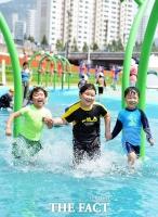 [TF포토] 중랑천 물놀이장 개장…'더위 날리는 어린이들'