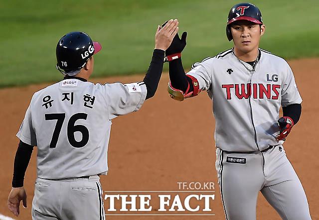 3회초 LG 오지환이 중견수 키를 넘는  2타점 3루타를 친 뒤 유지현 코치와 하이파이브를 나누고 있다.