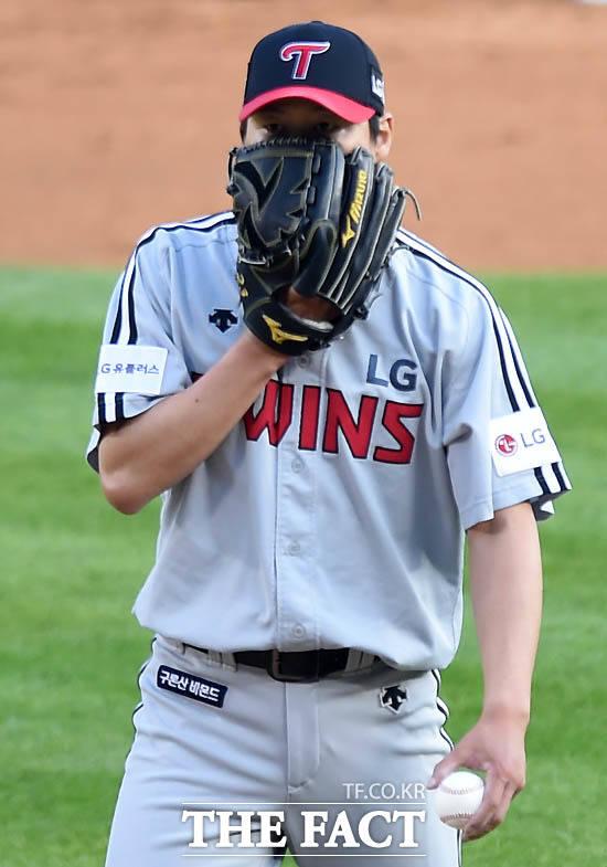 LG 선발 차우찬이 1회말 홈런을 포함해 6안타 4실점 후 글러브로 얼굴을 가리며 혼잣말을 하고 있다.