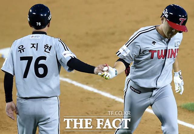 4회초 LG 이형종이 좌중월 솔로홈런을 친 후 더그아웃에서 유지현 코치와 하이파이브를 나누고 있다.