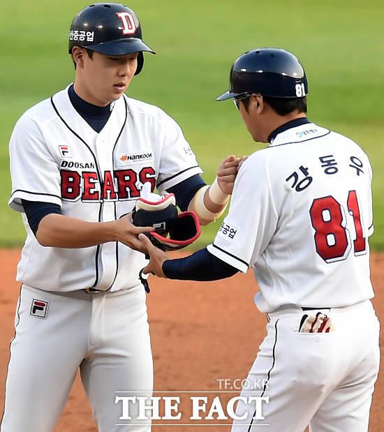 1회말 1사 2루 상황 두산 박건우가 선제 1타점 2루타를 날린 뒤 강동우 코치와 하이파이브를 나누고 있다.