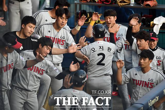 2회초 2사 주자 2,3루 상황 LG 손주인의 2타점 적시타 때 득점에 성공한 오지환, 조윤준이 동료들의 환영을 받고 있다.