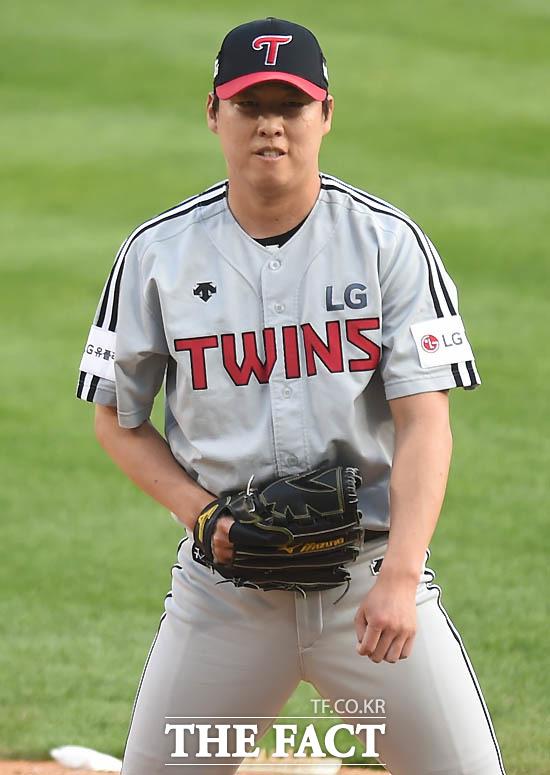 LG 선발 차우찬이 1회말 두산 최주환에게 홈런을 허용한 뒤 아쉬운 표정을 보이고 있다.