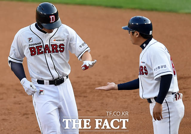 두산 김재환이 1회말 1사 2루 1타점 적시타를 날리고 강동우 코치와 하이파이브를 나누고 있다.