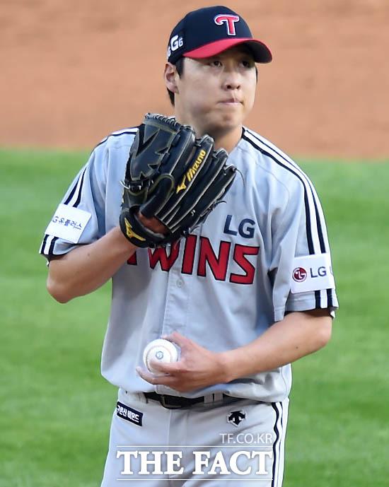 LG 선발 차우찬이 1회말 홈런을 포함해 6안타 4실점 후 안타까운 표정을 보이고 있다.
