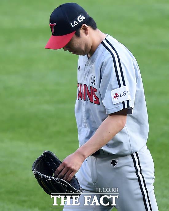 LG 선발 차우찬이 1회말 홈런을 포함해 6안타 4실점 후 이닝을 간신히 마친 뒤 고개를 숙이고 있다.