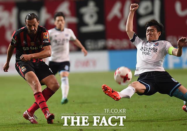 서울 데얀이 대구 문전에서 슛을 시도하자 김선민이 몸을 날리고 있다.