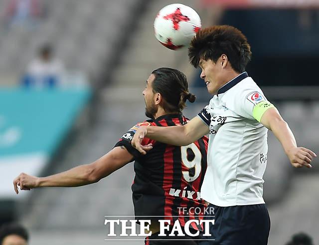 서울 데얀과 대구 한희훈이 공중볼 다툼을 벌이고 있다.