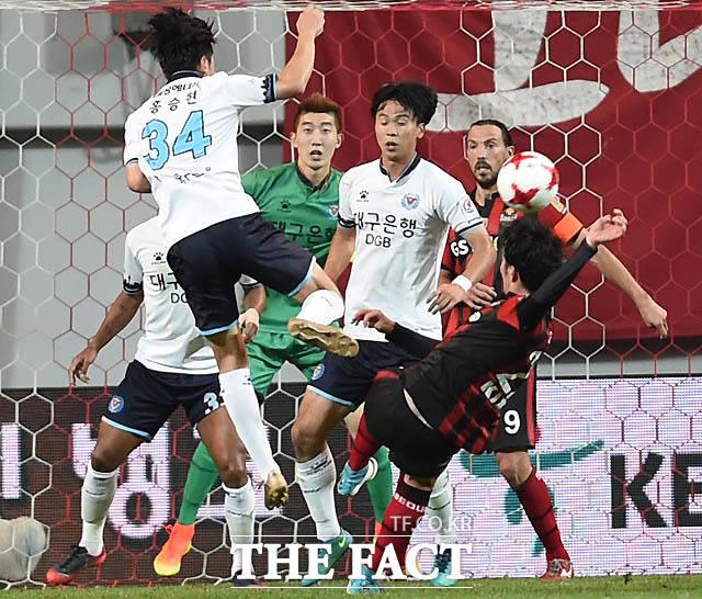 서울 윤승원이 대구 문전에서 슛을 날렸으나 골포스트에 맞고 있다.